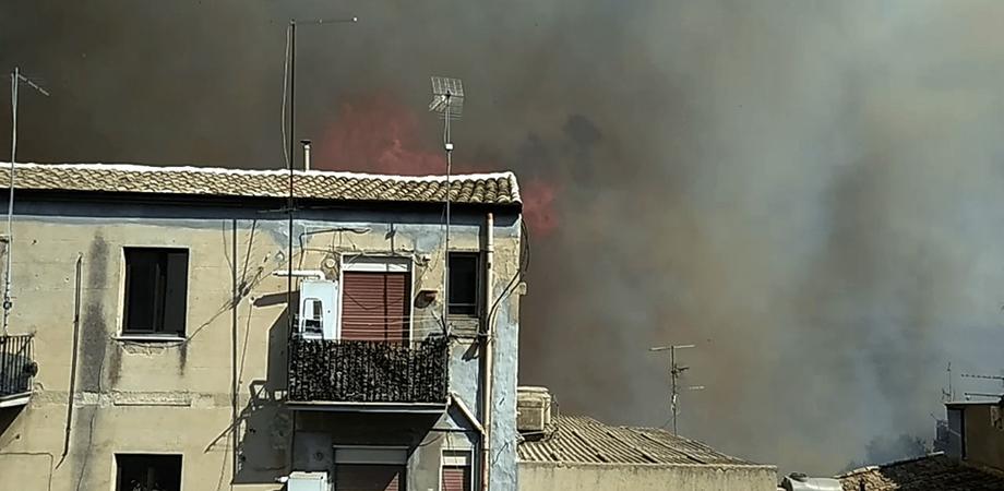 Caltanissetta, vasto incendio a Xiboli: le fiamme lambiscono anche le case. In tanti abbandonano le abitazioni