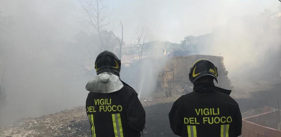 Caltanissetta, incendio in via Xiboli: evacuate 22 famiglie. Intervengono 118 e Croce Rossa
