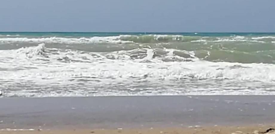 Fa il bagno a Lido Rossello nonostante il mare in burrasca: salvato dai bagnanti