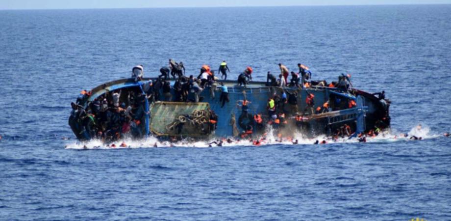 Ennesima strage di migranti: recuperati in mare decine di cadaveri dopo il naufragio di due imbarcazioni