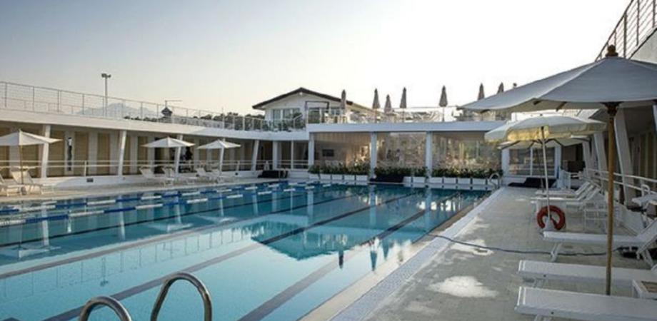 Capelli nel bocchettone della piscina, muore bambina di 12 anni