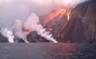 http://www.seguonews.it/stromboli-violente-esplosioni-dal-cratere-turisti-per-paura-si-lanciano-in-mare