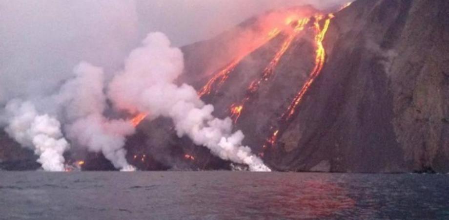 Stromboli, violente esplosioni dal cratere: morto un escursionista, turisti per paura si lanciano in mare