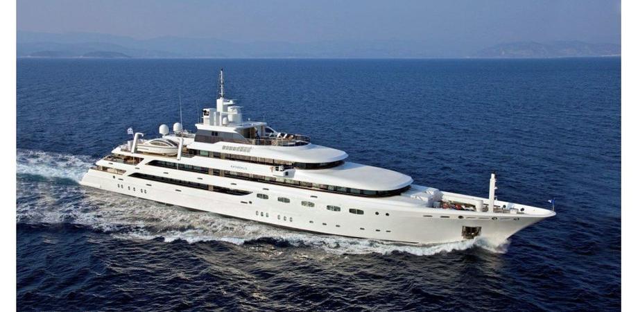 Le Eolie prese d'assalto dai vip: sfilano mega yacht di lusso appartenenti ai miliardari del mondo