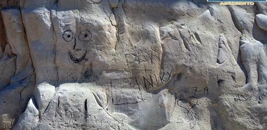 """""""Imbrattata la Scala dei turchi, il famoso monumento in balia dei vandali"""". La denuncia di Mareamico"""