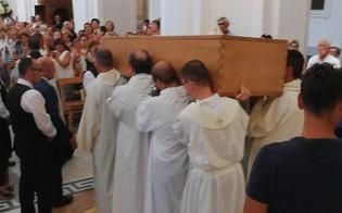 http://www.seguonews.it/ultimo-saluto-a-padre-bentivegna-in-tanti-a-gela-ai-funerali-del-parroco-della-chiesa-del-carmelo