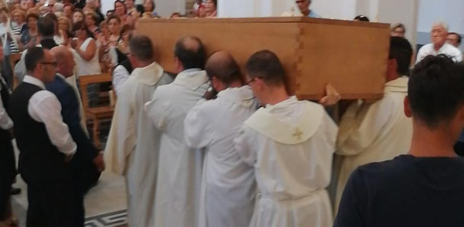 Folla di fedeli a Gela per l'ultimo saluto a padre Bentivegna, parroco della chiesa del Carmelo