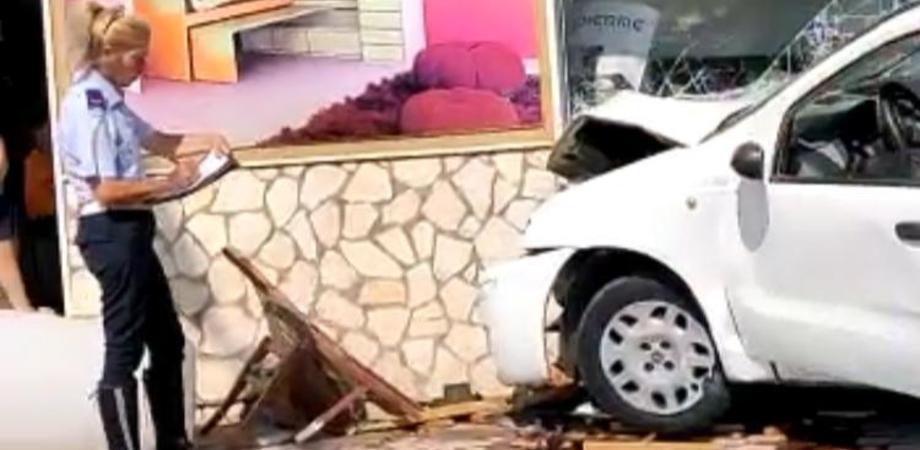 Gela, perde il controllo dell'auto e sfonda la vetrina di un negozio di mobili. Il video