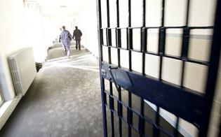 http://www.seguonews.it/caltanissetta-tragedia-sfiorata-al-carcere-minorile-detenuto-appicca-le-fiamme-guardia-carceraria-lo-salva-ma-resta-chiuso-dentro