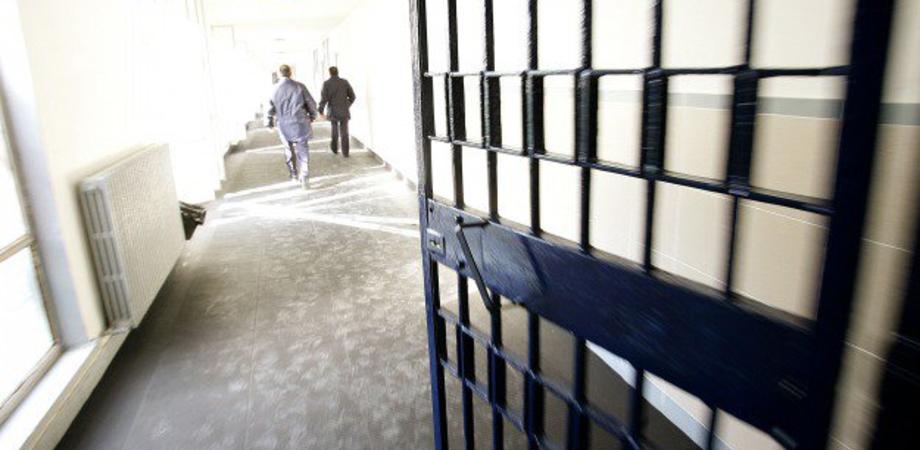 Caltanissetta, tragedia sfiorata al carcere minorile: detenuto appicca le fiamme, guardia carceraria lo salva ma resta chiuso dentro