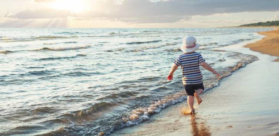 Sempre più bambini si perdono in spiaggia. La causa principale: genitori distratti da cellulari e smartphone
