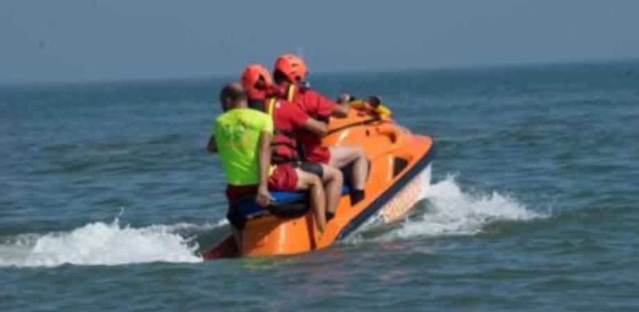 Gela, ragazzo in difficoltà a bordo di una moto d'acqua: due bagnini lo salvano