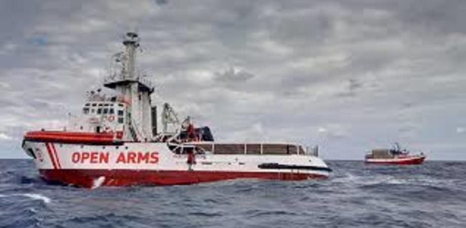 Con 147 migranti a bordo, Open Arms si dirige verso Lampedusa: via libera dal Tar contro il blocco imposto da Salvini