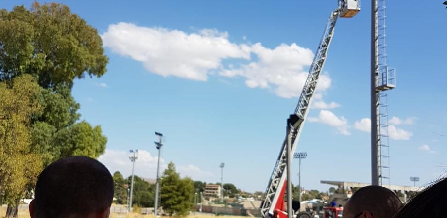 Caltanissetta, giovane pakistano si arrampica su un palo dell'illuminazione pubblica e minaccia il suicidio