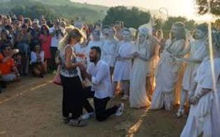 http://www.seguonews.it/alla-valle-dei-templi-lamore-sboccia-allaba-proposta-di-matrimonio-dinanzi-a-zeus-e-afrodite