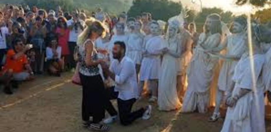Alla Valle dei Templi l'amore sboccia all'alba, proposta di matrimonio dinanzi a Zeus e Afrodite