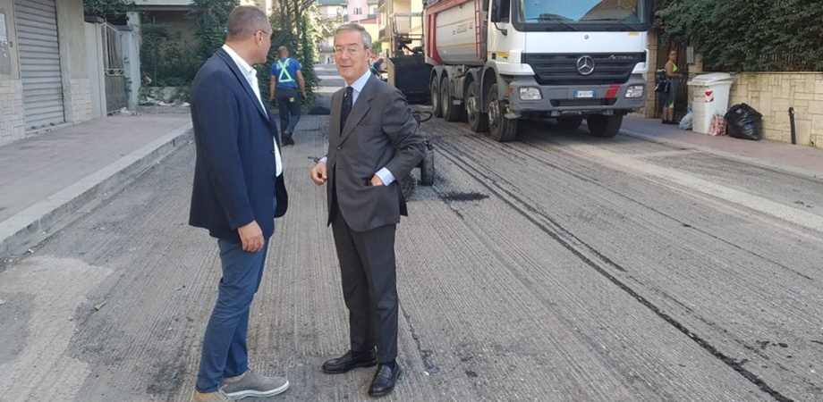 Gela, continuano i lavori di rifacimento del manto stradale: operai impegnati a Caposoprano