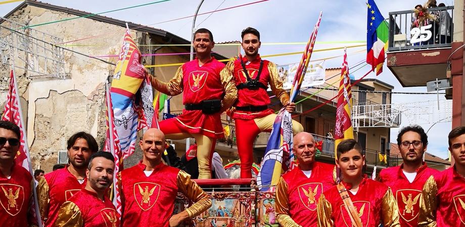 Festa del grano, sbandieratori di Gela si esibiscono per le strade di Ramacca