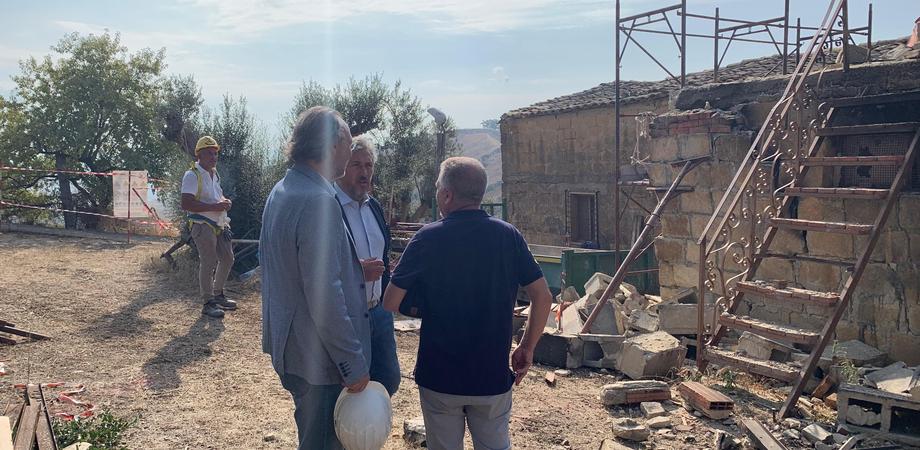 Abusivismo, ruspe in azione a Caltanissetta: demolito un manufatto realizzato senza concessione
