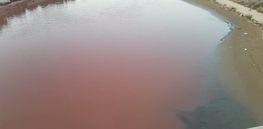 L'acqua del fiume Gela si tinge di rosso, potrebbe trattarsi di scarti delle aziende agro - alimentari