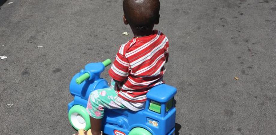 Bimbo colpito con un calcio perchè si era avvicinato ad una neonata: è stato il fratello di un pentito