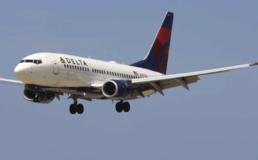 Paura in volo, l'aereo perde 9 mila metri di quota: i passeggeri terrorizzati afferrano le maschere di ossigeno