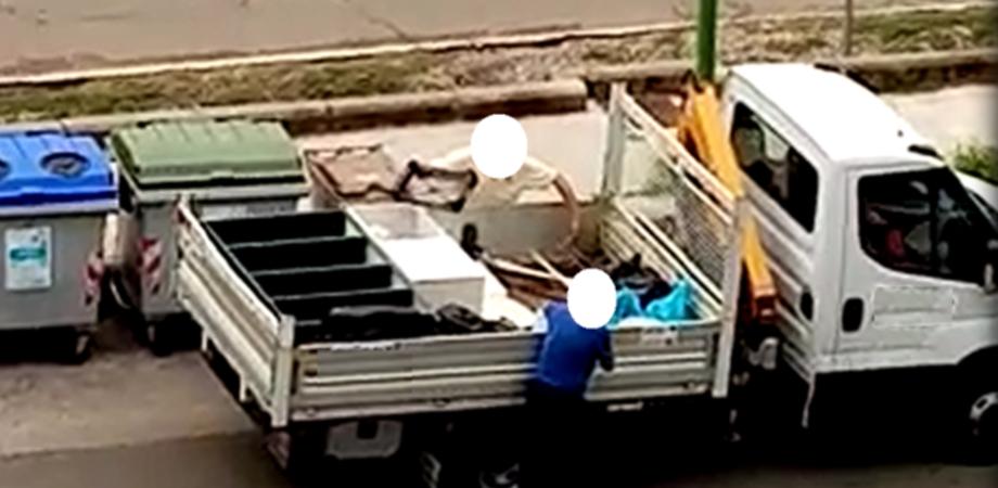 Caltanissetta, imprenditore e giovane straniero sorpresi a gettare rifiuti ingombranti: denuncia e multa da 14 mila euro