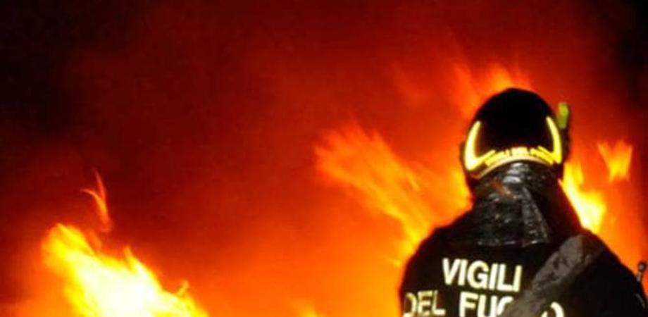 Notte di incendi Gela, a fuoco l'auto di uno studente e una serra coltivata a pomodori