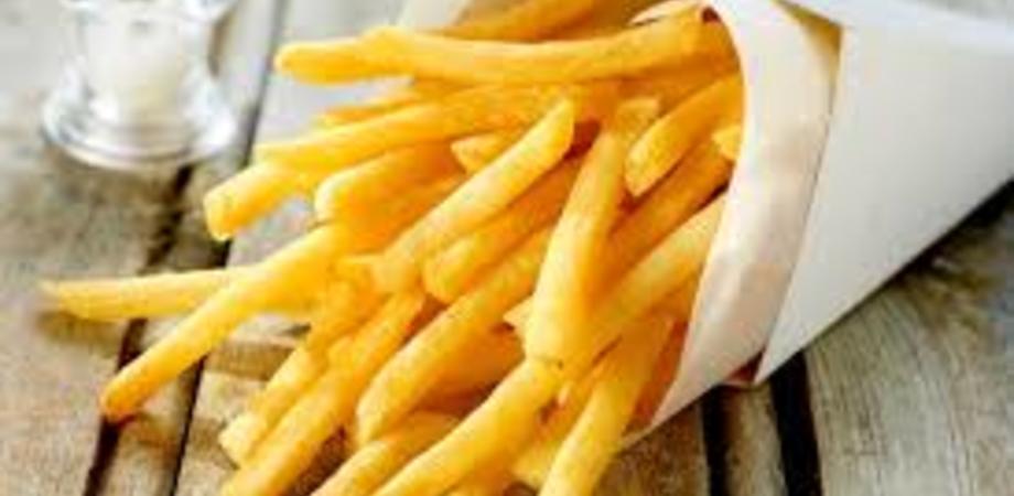 Dieta a base di patatine fritte e cibo spazzatura: a 17 anni diventa semicieco