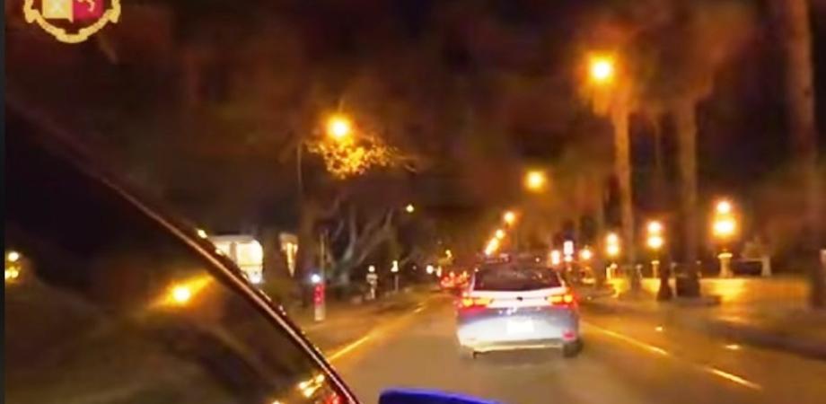 Caltanissetta, ventenne ubriaco alla guida di una Golf si schianta contro tre autovetture in sosta in via Redentore e poi fugge
