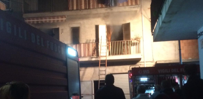 Gela, fiamme in un'abitazione a ridosso della via Venezia: paura fra i residenti