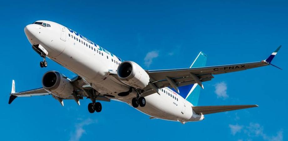 Momenti di paura in volo, passeggero tenta di aprire il portellone di un Boeing 737 dopo un quarto d'ora dal decollo