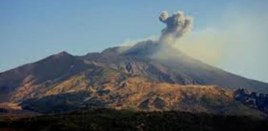 L'Etna si risveglia con forti boati ed emissione di cenere lavica: chiuso uno spazio aereo