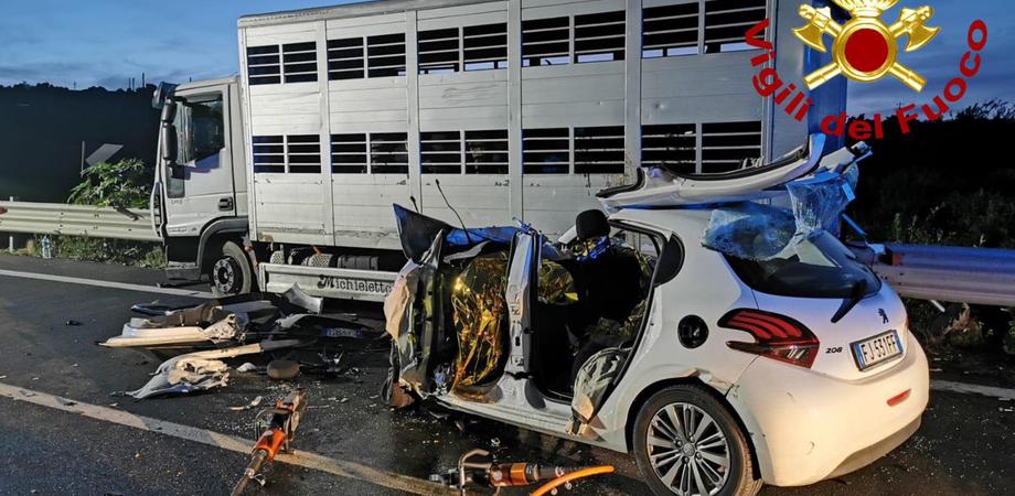 Terribile incidente a Francofonte, morte tre persone nello scontro fra un'auto e un tir