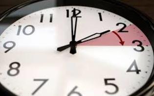 http://www.seguonews.it/domenica-torna-lora-solare-si-dorme-unora-in-piu-le-lancette-dellorologio-verranno-portate-indietro-di-60-minuti