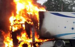 http://www.seguonews.it/sicilia-anas-traffico-bloccato-sulla-a19-palermo-catania-per-mezzo-pesante-in-fiamme