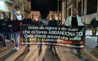 http://www.seguonews.it/fuori-caltaqua-gela-scende-in-piazza-in-municipio-polizia-in-tenuta-antisommossa