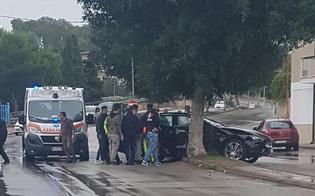 Gela, auto si schianta contro un albero: nelle vicinanze ci sono due scuole. Chiesta la messa in sicurezza della strada