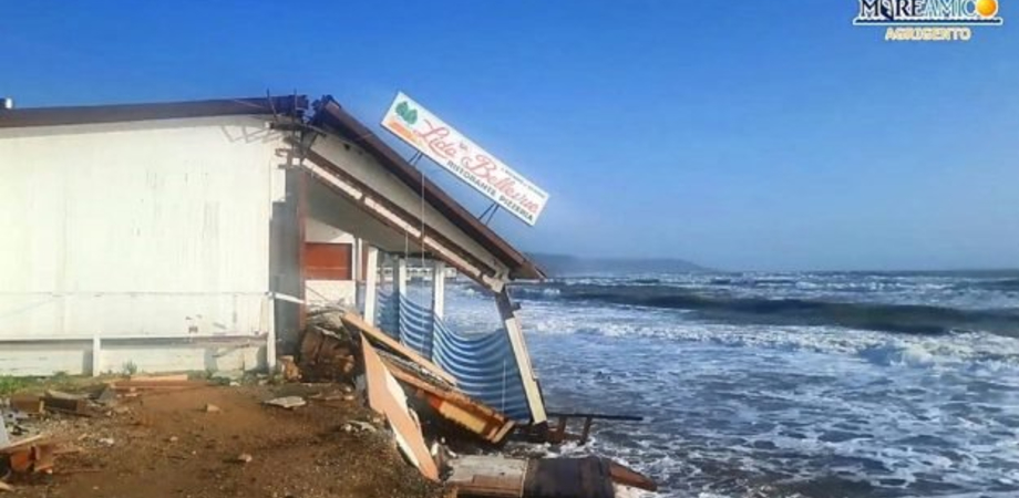 Il mare divora la spiaggia e distrugge anche un ristorante: disastro a Eraclea Minoa