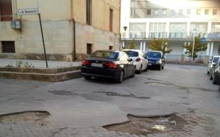 http://www.seguonews.it/cittadino-nisseno-con-invalidita-torna-a-protestare-dopo-un-mese-le-buche-sono-sempre-li