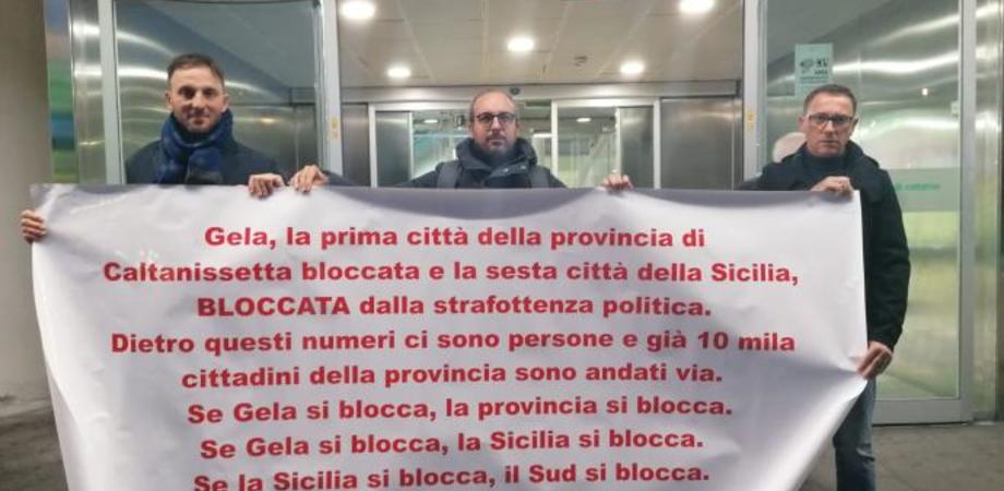 Gela, città bloccata. Volantinaggio all'aeroporto Fontanarossa per sbloccare oltre un miliardo di investimenti