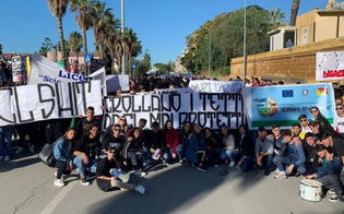 https://www.seguonews.it/degrado-degli-istituti-a-gela-scatta-la-protesta-di-un-migliaio-di-studenti-vogliamo-scuole-sicure