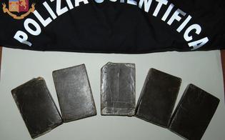 http://www.seguonews.it/gela-cinque-panetti-di-hashish-occultati-nello-zaino-due-arresti-in-flagranza-dalla-polizia-di-stato
