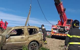 Caltanissetta, vigili del fuoco all'opera: recuperata l'auto finita in fondo al laghetto Giffarrone. Le foto