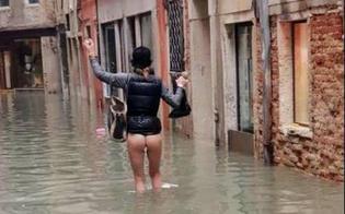 http://www.seguonews.it/acqua-alta-a-venezia-donna-cammina-nuda-per-non-rovinare-pantaloni-e-stivali