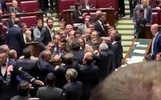http://www.seguonews.it/scoppia-la-rissa-alla-camerasul-fondo-salva-stati-sedia-sfasciata-e-polso-slogato