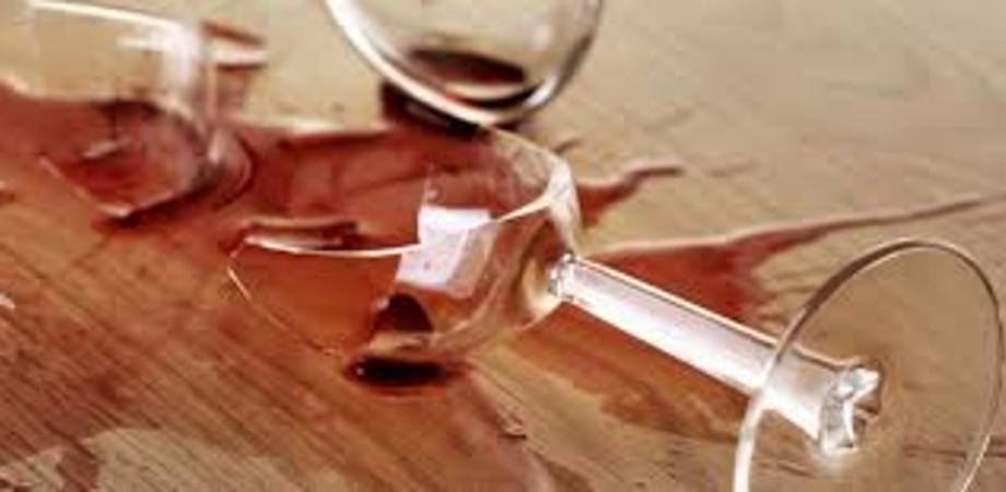 Caltanissetta. Ubriaco entra in un bar, aggredisce i titolari e danneggia piatti, bicchieri e bancone - SeguoNews