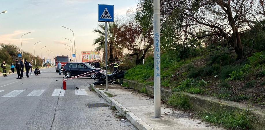 Terribile incidente sul lungomare di Gela, scontro tra auto e moto: centauro in gravissime condizioni