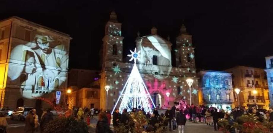 """""""Natale in rosa"""" a Caltanissetta. Primo appuntamento ieri con il """"Gospel Must Chorus"""": spettacolare il gioco di luci"""