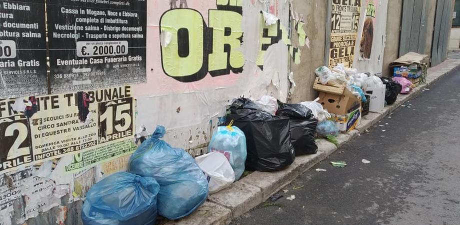 "Blitz ""antisporcaccioni"" a Gela: elevate una ventina di multe a chi getta rifiuti per strada"